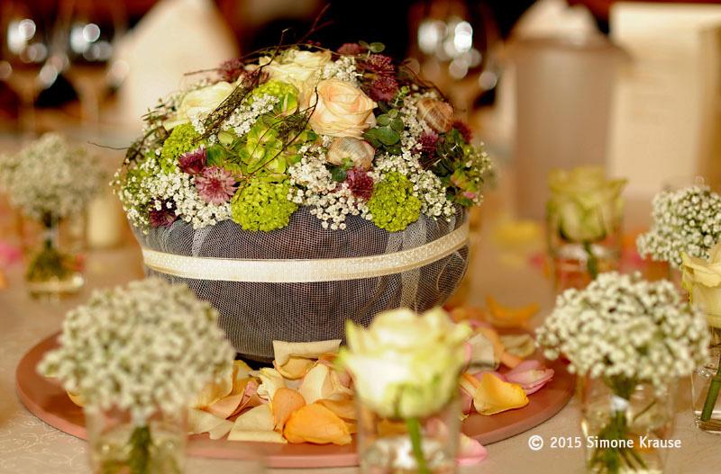 Romantische Tischdekoration für runde Tische