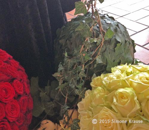 Florale Kugeln als Schmuck zur Trauerfeier