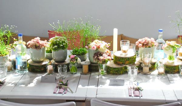 Holzspulen und zarte Blüten zur Konfirmation